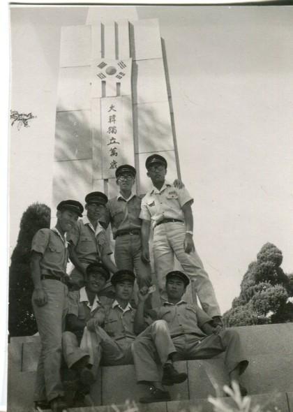 서울고_경희궁_삼일탑_앞에서-1964